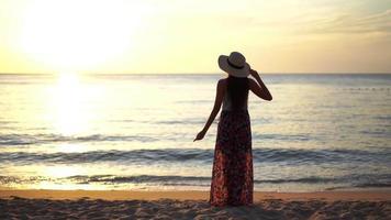 mujer joven mirando la puesta de sol