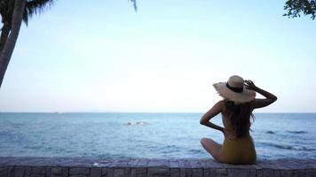 jovem relaxando olhando para o oceano