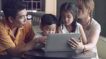 feliz família asiática video