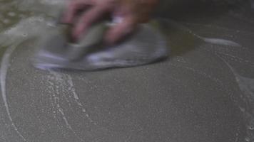 utilizando uma esponja para limpar o chão de ladrilhos. video