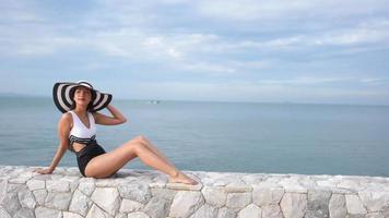 mujer joven posando