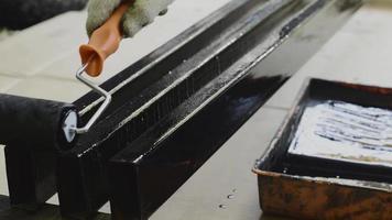 rodillo de pintura en la varilla de acero