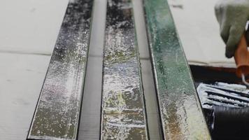 rodillo de pintura en la varilla de acero video