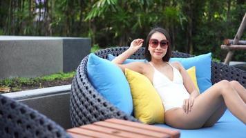 mujer joven relajante en la piscina video
