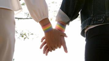 Händchenhalten mit lgbt-Symbol