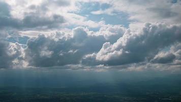 nube moviendo cielo azul antes de la lluvia