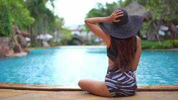vista trasera, de, mujer se sentar, por, piscina