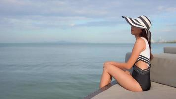 mulher sorrindo à beira-mar video