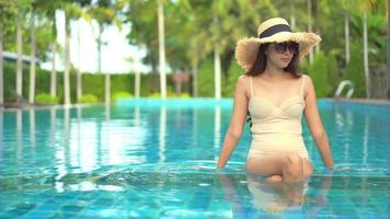 mulher sentada na piscina video
