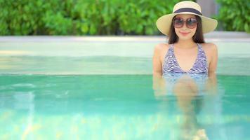 mulher na piscina sorrindo para a câmera