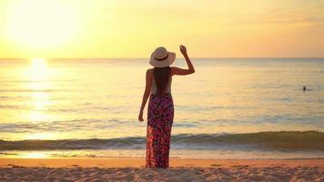 mujer de pie en la playa