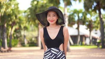 mujer feliz sonriendo en la playa