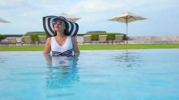 mujer de pie dentro de la piscina
