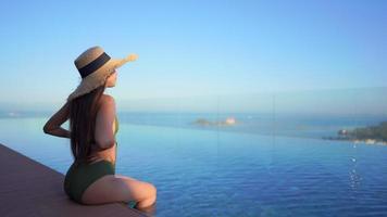 mujer sentada mirando al mar