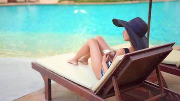 mujer descansando en la piscina