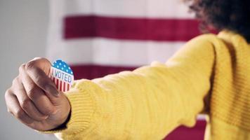 eleitora negra mostrando o adesivo de eu votei video