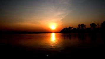 de zonsondergang over het meer video