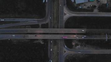 la voiture se déplace sur l'autoroute avec une vidéo à vol d'oiseau, video