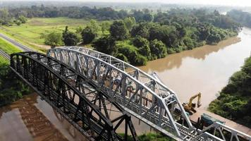eine Drohne fliegt über eine Flussbrücke video