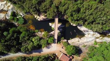 drone die afdaalt naar brug en waterval