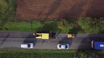 vista de cima para baixo da estrada de asfalto da máquina em 4k video