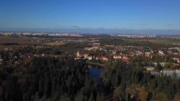 drone voando em direção a um castelo em um parque em 4k