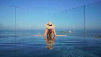 vista traseira de mulheres na piscina
