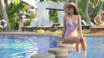 mujer alrededor de la piscina