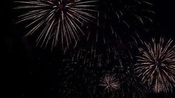 fogos de artifício explodem