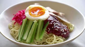 bibim naengmyeon - koreanische kalte nudeln ramen video
