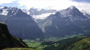 Pueblo de Grindelwald en paisajes de montaña - Suiza