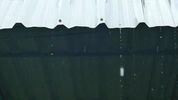 respingo de chuva caindo do telhado video