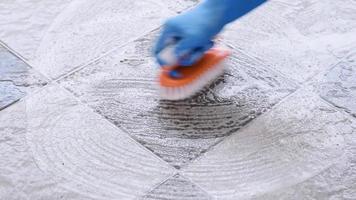 limpe o piso com uma escova. video