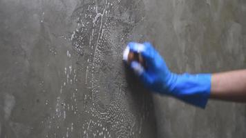 nettoyer le mur de ciment.