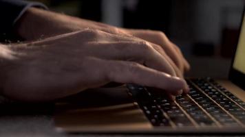 um programador ou escritor digita em um teclado de laptop