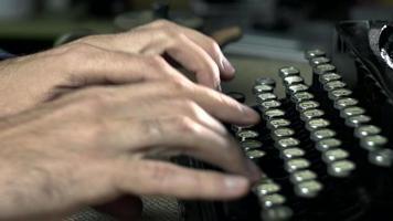 tipos de escritor em uma máquina de escrever video