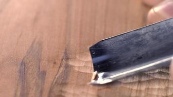 Woodcarver talla una muesca de cincel en el tablero video