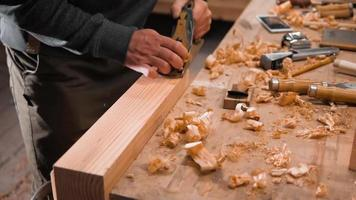 Holzarbeiter, der mit einem japanischen Flugzeug arbeitet video
