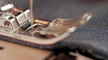 macro 4k de una máquina de coser trabajando video