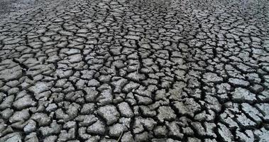 torr sjöbädd med den naturliga konsistensen av sprucken lera i perspektivgolv
