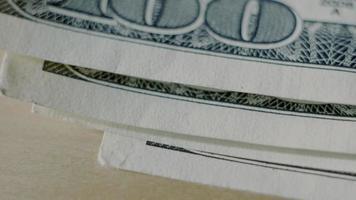 100 dollar biljet close-up een paar dollarbiljetten