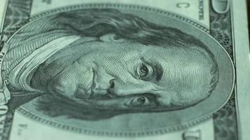 100 dólares, close up, algumas notas de dólar video