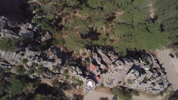 vista dall'alto in basso di una roccia con cabine in 4K