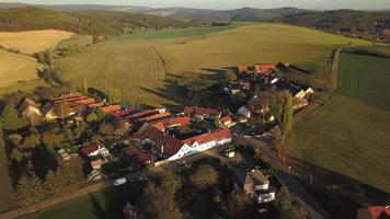 volando sobre un pueblo en 4k video