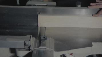 carpintero planificando una tabla con una ensambladora video