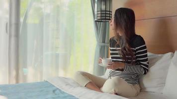 jovem mulher asiática relaxando em um quarto de hotel video