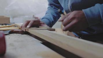 carpinteiro mede uma placa de madeira com um quadrado em ângulo video