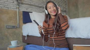 joven, mujer asiática, escuchar música