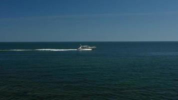 câmera lenta de barco navegando suavemente no mar