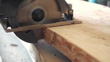 Carpintero de corte transversal con una sierra circular video